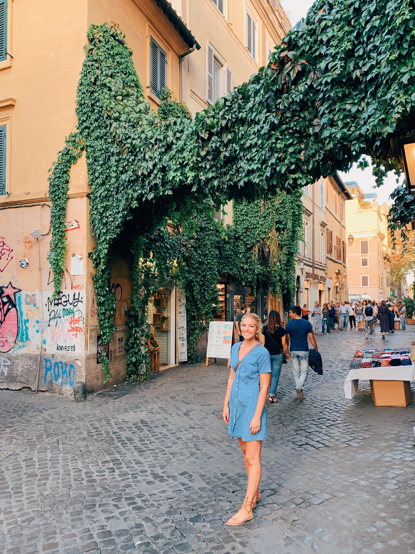Walking around the Trastevere neighborhood, a perfect night out in Roma!